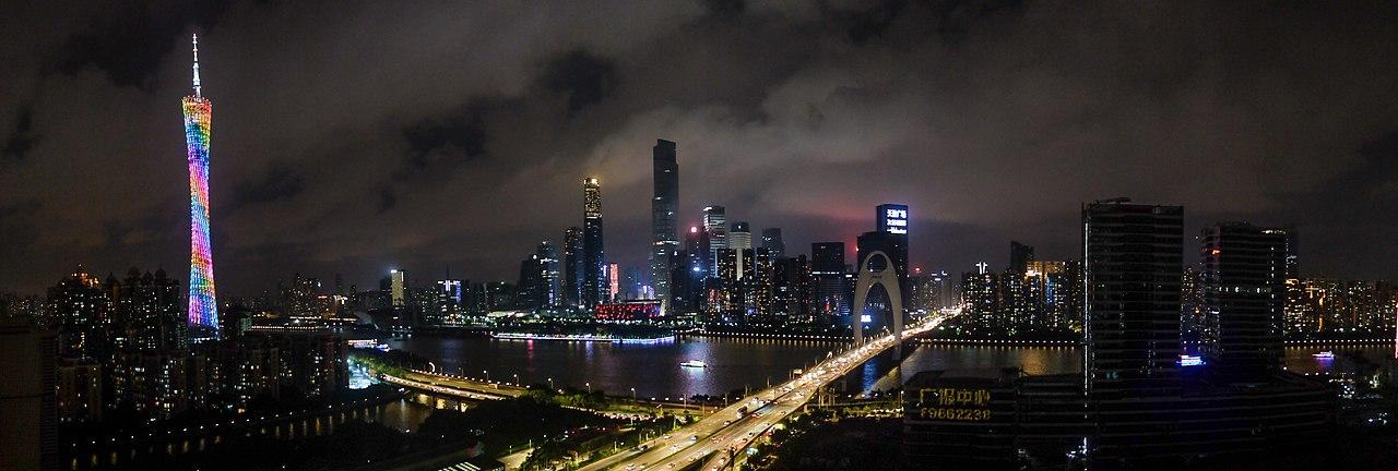 Vue sur le quartier Quartier de Tianhe à Canton (Chine) de nuit avec la Canton Tower, la tour IFC, la tour du CTF Finance Centre